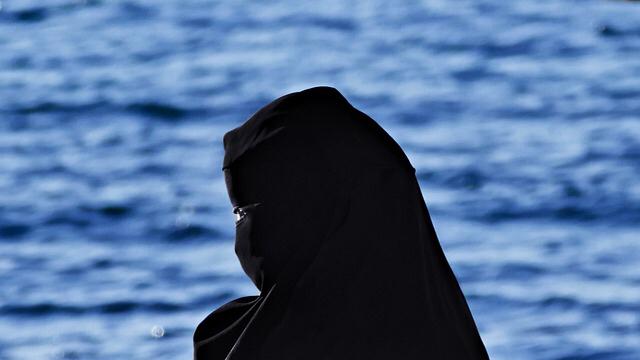 Tribunal Europeo de Derechos Humanos falla a favor de ley francesa que prohíbe llevar burka o velo integral en los espacios públicos.