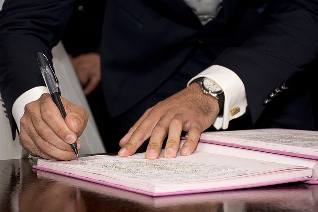Los contratos prenupciales, acuerdos prematrimoniales o capitulaciones matrimoniales en Chile.